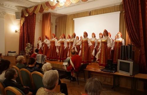 Хор народной песни «Околица» ДК «Московский» дал благотворительный концерт в Центре реабилитации инвалидов «Красная Пахра».
